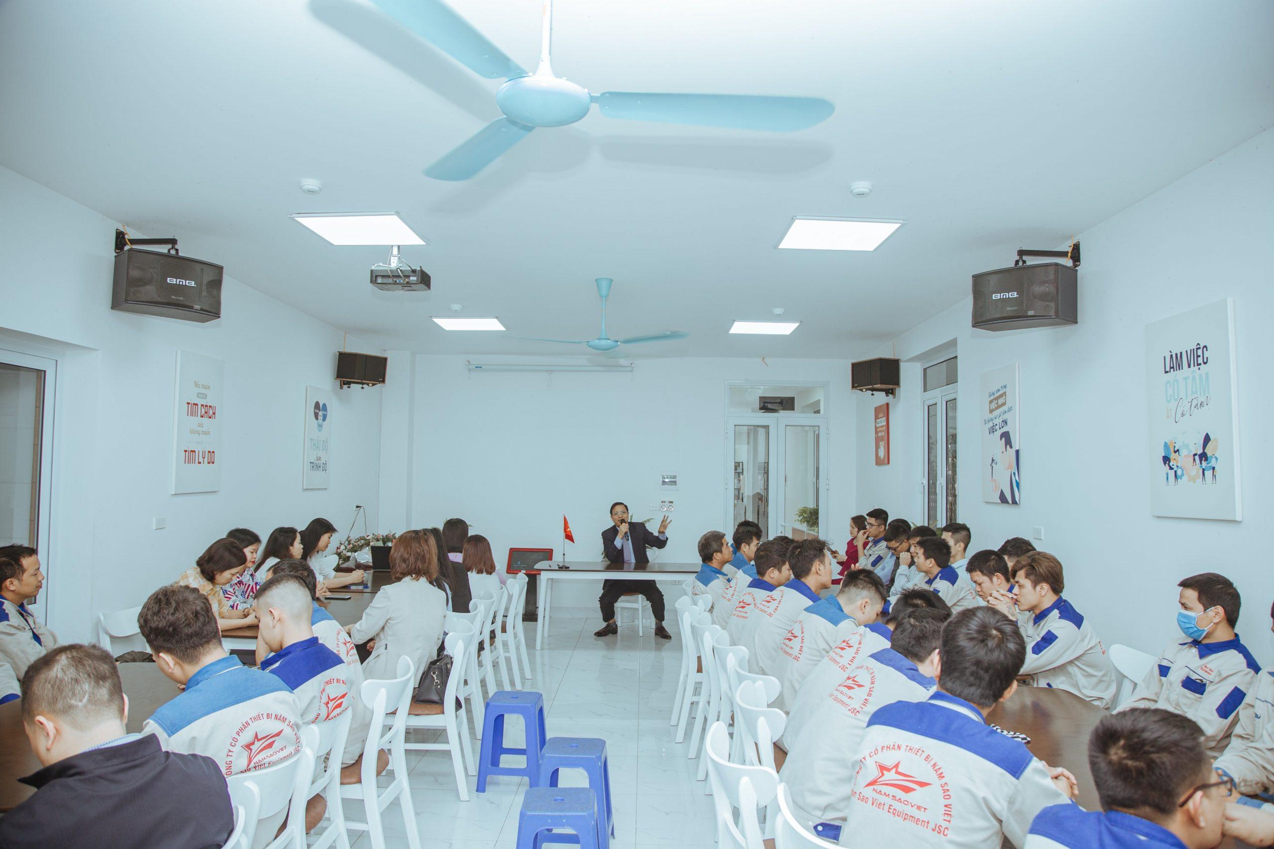 Một buổi sinh hoạt của cán bộ nhân viên của Năm Sao Việt