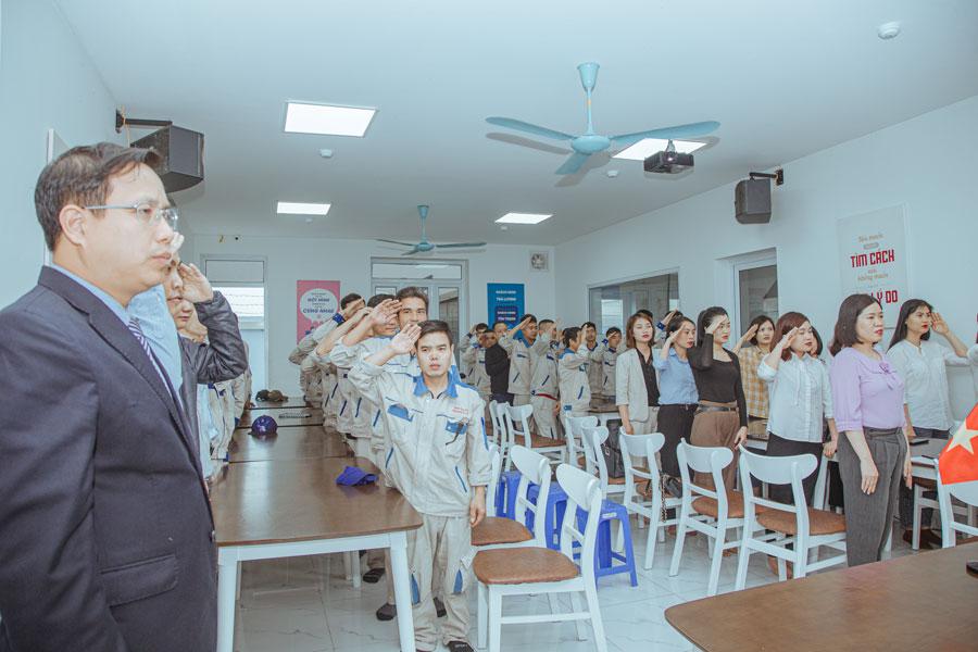 Buổi chào cờ và hát quốc ca của đội ngũ nhân sự Năm Sao Việt
