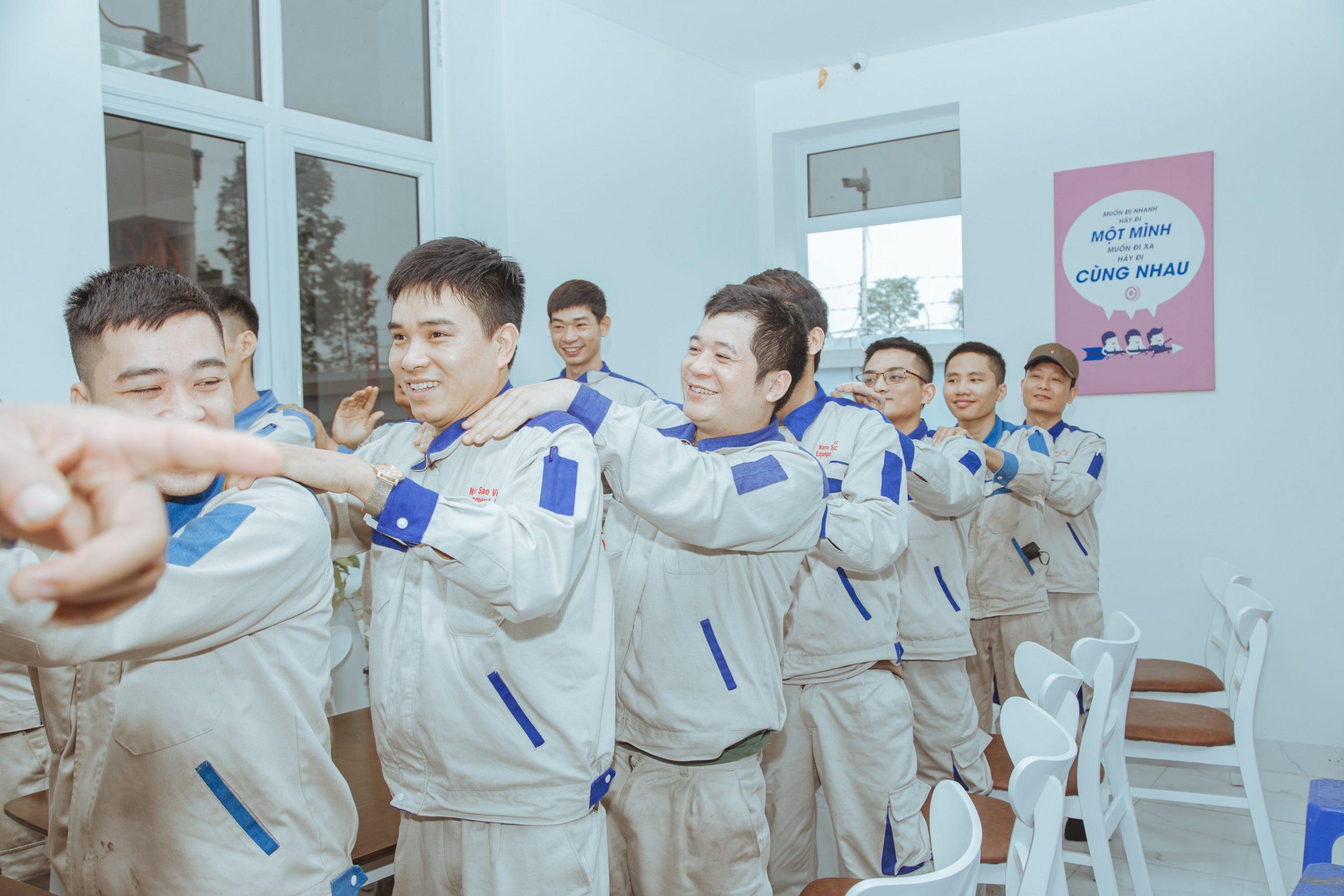 Cán bộ nhân viên Năm Sao Việt tập thể dục
